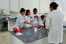 Estudantes de Química no Laboratório de Análises Químicas e Agroambientais (Laqua) do Campus Itaperuna