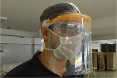 Servidor do IFF com modelo de máscara produzido por impressão 3D.