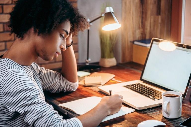 Escola de Formação vai selecionar tutores online para cursos