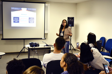 Isadora Vasconcellos apresenta sua pesquisa sobre gamificação como estratégia pedagógica (Fotos: Tiago Quintes)