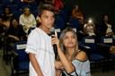Aluno Vítor Reis apresenta sua poesia ao lado da professora Maristela