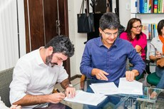 Brand e Jefferson durante assinatura do Acordo de Cooperação Técnico Educacional.