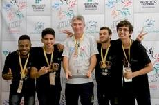 Equipe de ouro do IFF com o treinador Samuel Queiroz