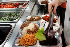 Alimentação dos alunos no refeitório do IFF Campos Centro. (Foto: Rakenny Braga)