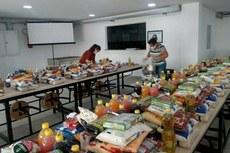 A manipulação e entrega de kits de alimentos para os estudantes está entre as atividades presenciais essenciais (Foto: Ascom Campus Itaperuna)