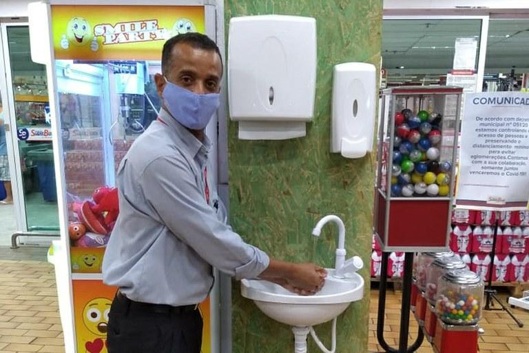Pia móvel sendo utilizada em supermercado, em Campos dos Goytacazes-RJ.