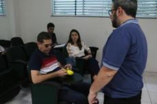 Revisor de textos Braille, Renato Costa, manuseia objeto produzido em impressora 3D (Fotos: Tiago Quintes)