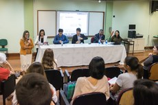Diretora de Pós-graduação, Simone Vasconcelos, dá as boas-vindas aos mestrandos
