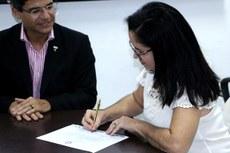 Miriam Ribeiro Crespo assina sua posse como técnica em assuntos educacionais