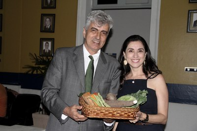 Diretora de Políticas Sociais e Relações Empresariais do IFF, Juliana Vidigal, recebe Moção de Aplausos pelo incentivo à agricultura familiar (Foto: Divulgação Câmara de Vereadores de Campos)