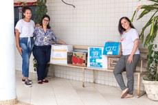 Servidora Thaís Almeida (de blusa estampada) entrega doações no Hospital João Viana (Fotos: Mayhara Barcellos)
