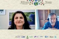 O professor Paulo Eduardo Artaxo Netto, do Instituto de Física da USP, e a mediadora da conferência, a professora Maria Cristina Gaglianone, da Uenf (Imagem: Divulgação/Uenf)