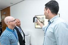 Diretor-geral no IFTM, Marcelo Ponciano testa recurso de visita virtual aos campi do IFF. Foto de Alexandre Willian