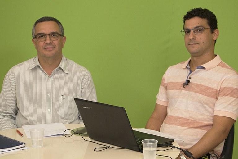 À esquerda, Carlos Marcio, que fez a moderação, ao lado do palestrante, professor Daniel.