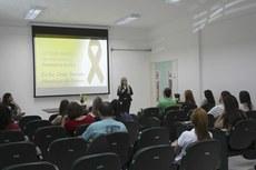 A palestra sobre prevenção ao suicídio foi ministrada pela psicóloga Érika Barreto.