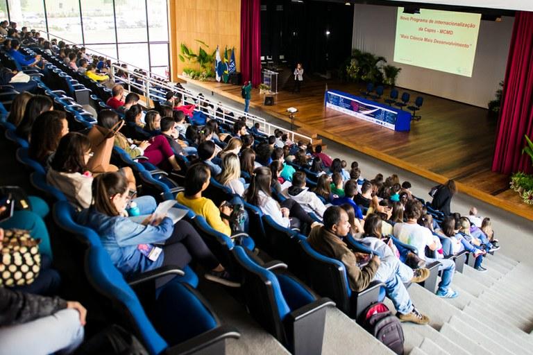 Terceiro dia do IX Confict é marcado por palestra e apresentações de trabalhos