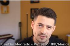No vídeo, professor fala de três processos para auxiliar na gravação de uma videoaula: roteirização, gravação e edição.