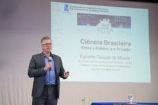 """Egberto Gaspar de Moura ministrou a palestra """"Ciência entre o público e o privado"""""""